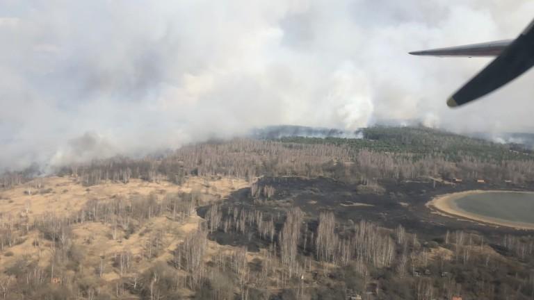 Горски пожар гори в евакуираната зона около атомната централа в