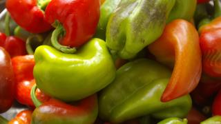 Спряха близо 30 тона пипер и нар с пестициди от Турция