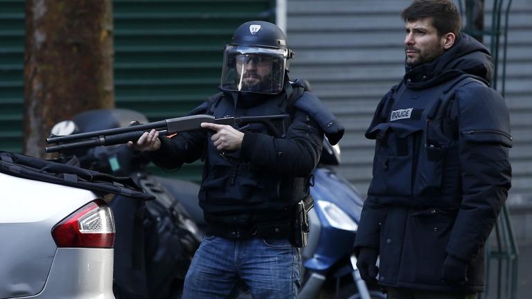 Нападателят на полицейско управление в Париж носел знаме на ДАЕШ