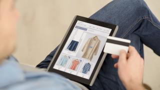 Българите пазаруват най-много дрехи и обувки онлайн от целия ЕС
