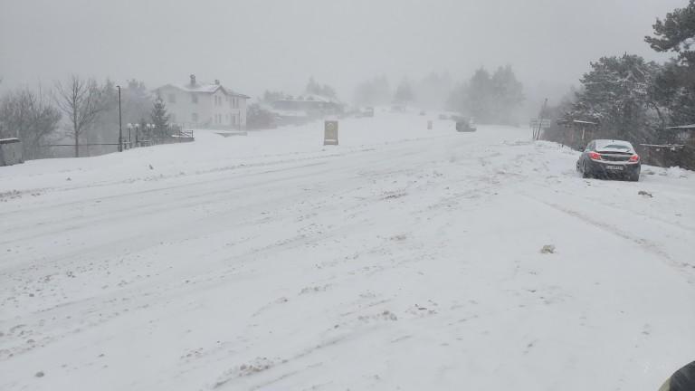 Затворени пътища и села без ток заради обилния снеговалеж