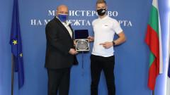 Министър Кралев награди младата надежда на българския мотоциклетизъм Теодор Кабакчиев