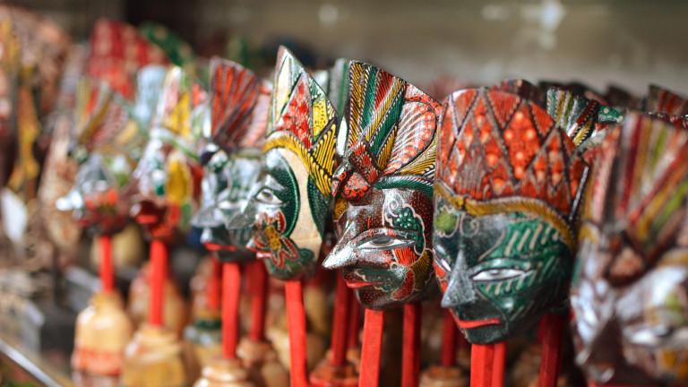 Балийците са изкусни майстори на дървени сувенири