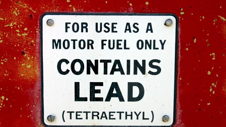 Днес бензинът изрично се обозначава като безоловен, но зад този