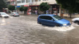Пороен дъжд с градушка наводни централните улици във Велико Търново