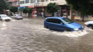 Пороен дъжд наводни улиците в Добрич