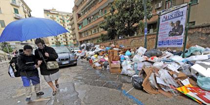 """Неапол отново """"тъне"""" в боклуци"""