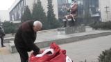 Лидер на ДСБ е задържан заради шегата с паметника на Димитър Благоев