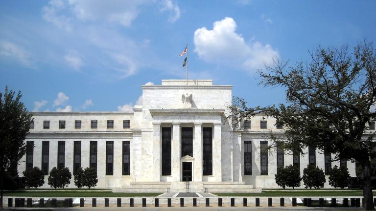 Доларът укрепва в очакване решенията на Фед
