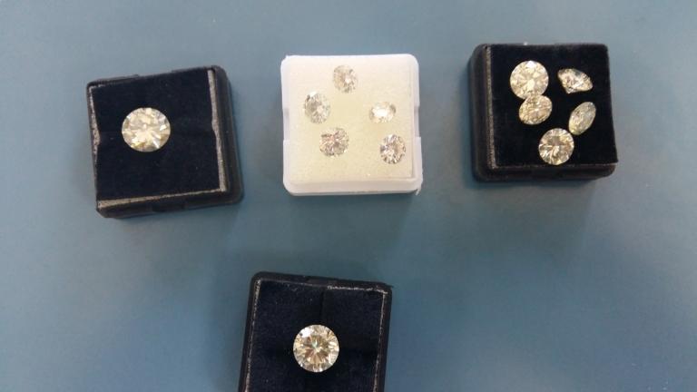 Митничарите задържаха 12 скъпоценни камъка