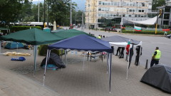 Силният вятър събори шатрите на протестиращите пред Ректората