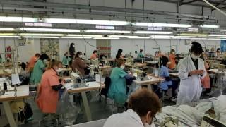 Борисов призова шефовете в завод за защитни облекла да дават повече пари и вит. С на работниците