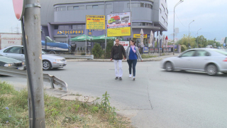 """Столичани от """"Младост"""" чакат по 15 мин. да преминат улицата пред дома си"""