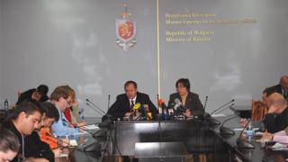 Миков поставя на дискусия използването на личните данни при полети