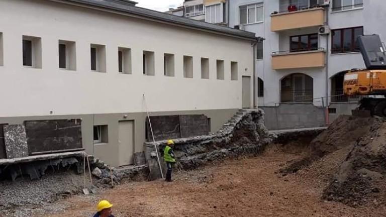 В двора на бургаското училище