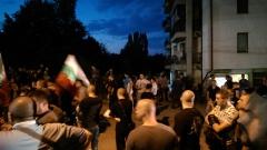 """Под полицейска блокада стотици крещят """"пришълците вън"""" в Овча купел"""