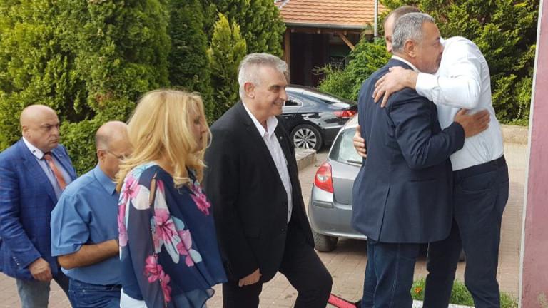 Народните представители от НФСБ, водени от лидера Валери Симеонов се