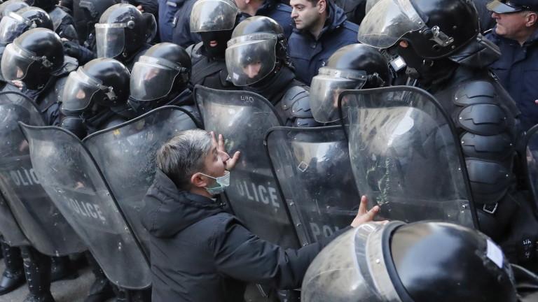 Протестиращитеопозиционери в няколко градове в Грузия се опитаха да затворят