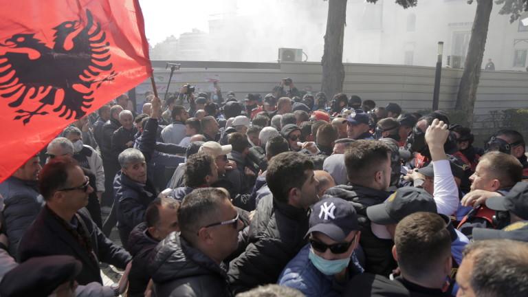 Хиляди недоволни албанци с нов опит за щурмуване на парламента