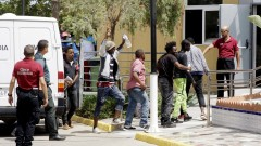 Над 150 мигранти щурмуваха гранична ограда от бодлива тел, нахлуха в Испания