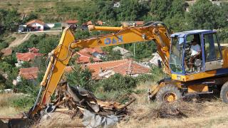 Събарят незаконни и опасни сгради в циганския квартал на Стара Загора