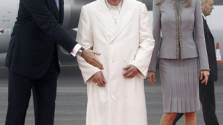 Папата притеснен - материалните грижи изместват вярата