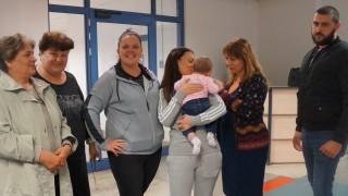 Шефката на ДАЗД посрещна 8-месечно българче, изоставено в Лондон