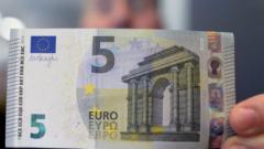 Новата банкнота от 5 евро с надпис на кирилица е в обръщение