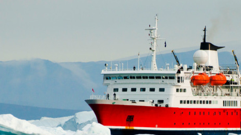 Близо седмица руски кораб със 127 пътници е блокиран от ледени блокове край Япония