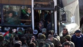 Евакуират хиляди цивилни от два обсадени града в Сирия
