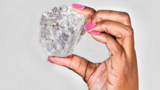 Търговията с диаманти тръгна надолу. И Индия има нещо общо