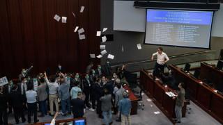 Законопроект за химна предизвика бой в парламента на Хонконг