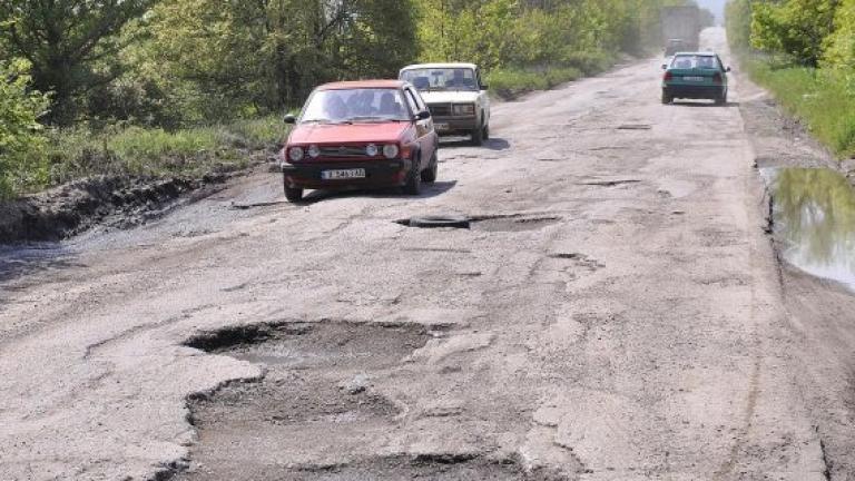 Бавят с години ремонта на пътя за Семково
