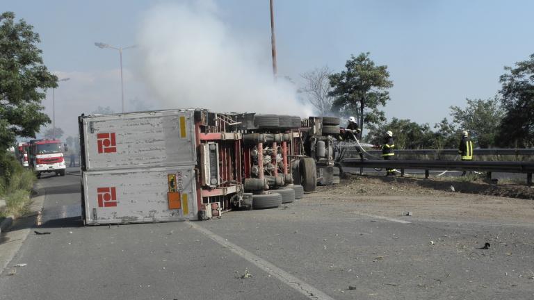 Камион разпиля товара си и блокира магистрала