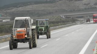 Гръцките фермери изтеглят тракторите от повечето блокади
