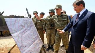 Турция разположила 15 хил. войници и танкове по границата със Сирия