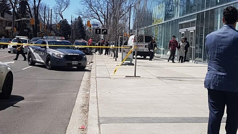 Бял ван се вряза в пешеходци в Торонто, съобщава Си