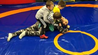 Млад треньор по борба сложи в малкия си джоб Бербатов и Роналдо!