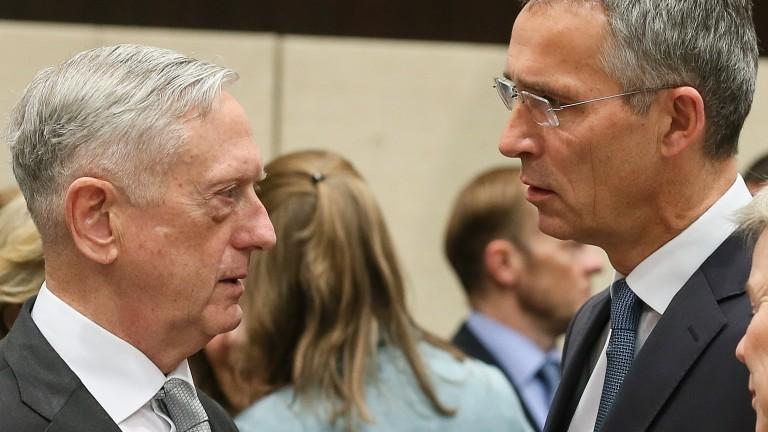 """НАТО """"вкарва в правия път"""" Русия"""