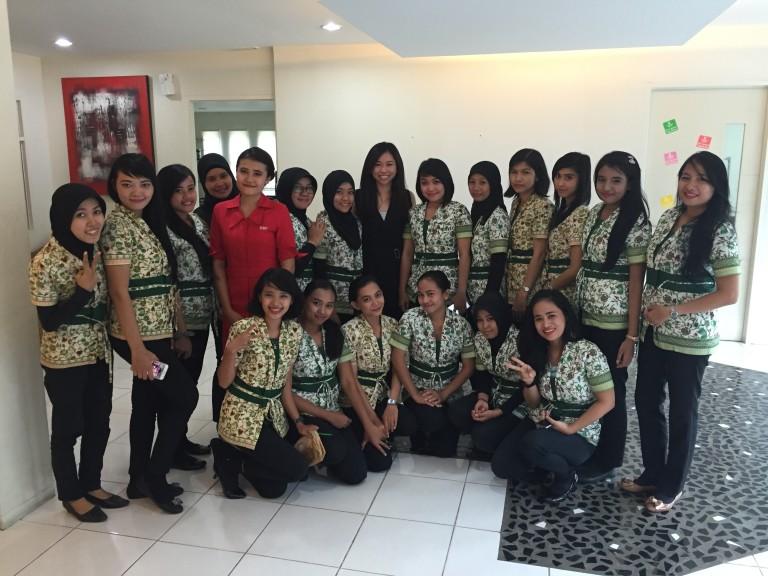 Анджелин като ръководител на обучение  за нови служители на работодателя ѝ в Индонезия