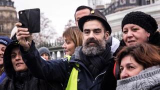 Правителството на Франция е под натиск да провери оръжията на полицията
