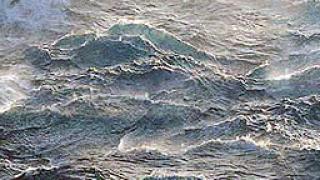 4-има оцеляха 15 часа в Тихия океан, след като лодката им потъна