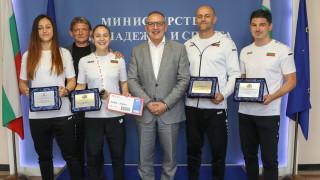 Министър Кузманов награди състезателките по карате Александра Стублева и Ивет Горанова