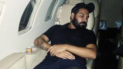 Азис отмаря в самолета (СНИМКИ)