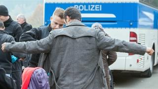 Разгневен баварски политик изпрати пълен автобус с бежанци на Меркел