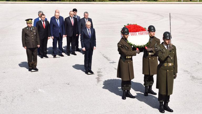 Местан в Турция, полага венец в мавзолея на Ататюрк