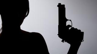 Жена разтърва биещи се пред дискотека с изстрел във въздуха