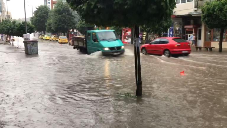 Гръмотевична буря в Асеновград наводни улиците в града и затрудни