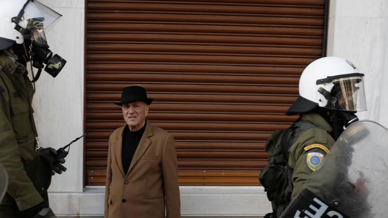 Сапьори от гръцката полицияизползваха контролиран взрив, за да унищожат самоделно