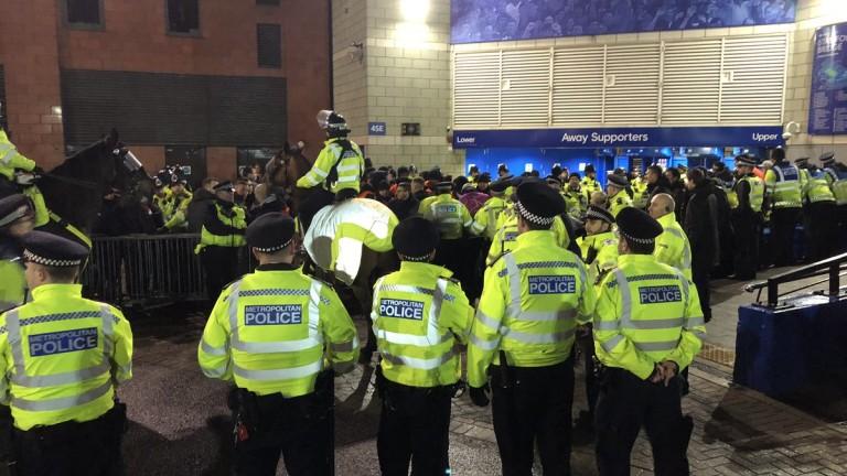 """Полиция разпръсна феновете пред """"Стамфорд Бридж"""", протестите срещу Суперлигата забавиха мача с Брайтън"""